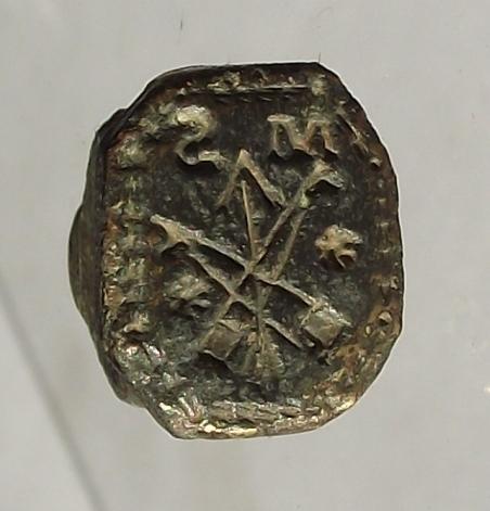 neuzeitliches Petschaft mit Initialen, Pfeil und 2 gekreuzten Gegenständen,etwa 18.Jh.