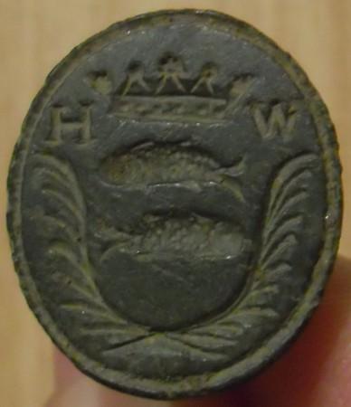 neuzeitliches Petschaft mit Dreiloch-Handhabe, 2 Fische zwischen Palmwedeln, darüber Krone und Initialen, wohl um 1800, Siegelfläche gespiegelt