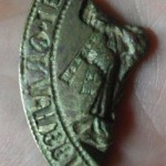 Fragment eines spitzovalen Siegels eines Abtes etwa 14.Jh.