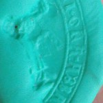 Fragment eines spitzovalen Siegels eines Abtes etwa 14.Jh., Abdruck