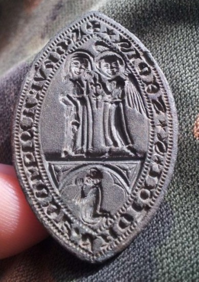 spitzovales Siegel in herausragender Erhaltung mit religiösen Motiv