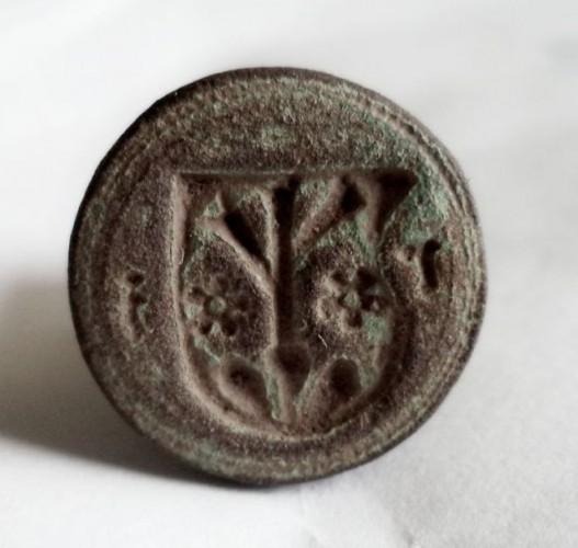 mittelalterliches bis frühneuzeitliches Petschaft mit Wappen zwischen 2 Minuskeln