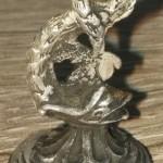 neuzeitliches Silber-Petschaft mit Handhabe in Fischform und weißem Stein als Siegelfläche