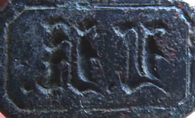 neuzeitliches Petschaft in Form eines Edelmannes o.ä., Initialen in Frakturschrift