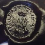 Petschaft um 1800, zwei Hände greifen nach der Krone, eventuell hebräische Schriftzeichen, Abdruck in Wachs