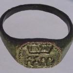 mittelalterlicher Siegel-Ring mit gothischen Majuskeln, 14./15. Jh.