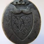neuzeitliches Petschaft mit gekröntem Wappen und verschnörkelten Initialen, vermutlich Adel