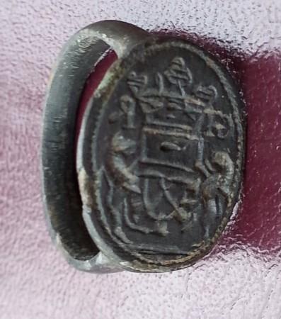 neuzeitlicher Siegelring mit Handwerks-Symbolen und Initialen, um 1800