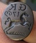 """Siegelring, vermutlich aus Arsenbronze, datierte Siegelfläche 1769 mit springendem Pferd nach links, darüber die Initialen """"GK"""""""