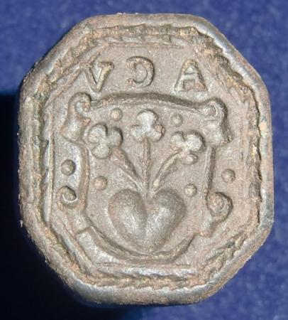 neuzeitliches Petschaft, 8-eckige Siegelfläche mit 3 Blumen aus Herz im Wappen, Initialen, 16./17.Jh