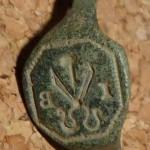 neuzeitlicher Siegelring eines Schneiders mit Schere, Nadel und Initialen, beschädigt