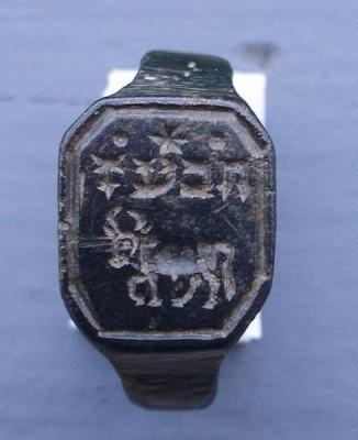 Siegelring mit hebräischen Schriftzeichen und Stier