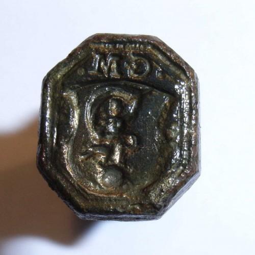 neuzeitliches Petschaft mit Fortuna auf Weltkugel im Wappen, darüber Initialen, vermutlich 17./18.Jh.
