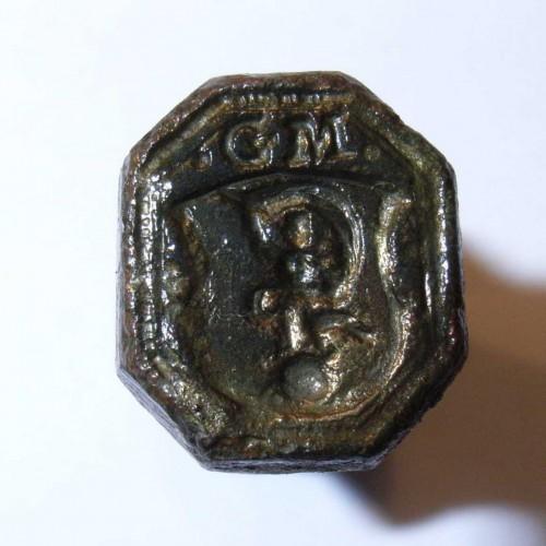 neuzeitliches Petschaft mit Fortuna auf Weltkugel im Wappen, darüber Initialen, vermutlich 17./18.Jh., gespiegelt