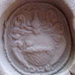neuzeitliches Petschaft um 1850, gekrönter Fisch im runden Wappen, darüber Figur