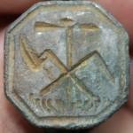Siegelring, neuzeitlich, Siegelfläche zeigt bäuerliche Arbeitsgeräte, z.B. Rechen