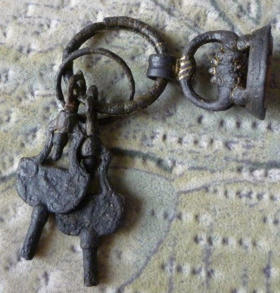 neuzeitliches Petschaft im Fundzusammenhang mit 2 Ringen und 2 Uhrenschlüssel, wohl um 1800
