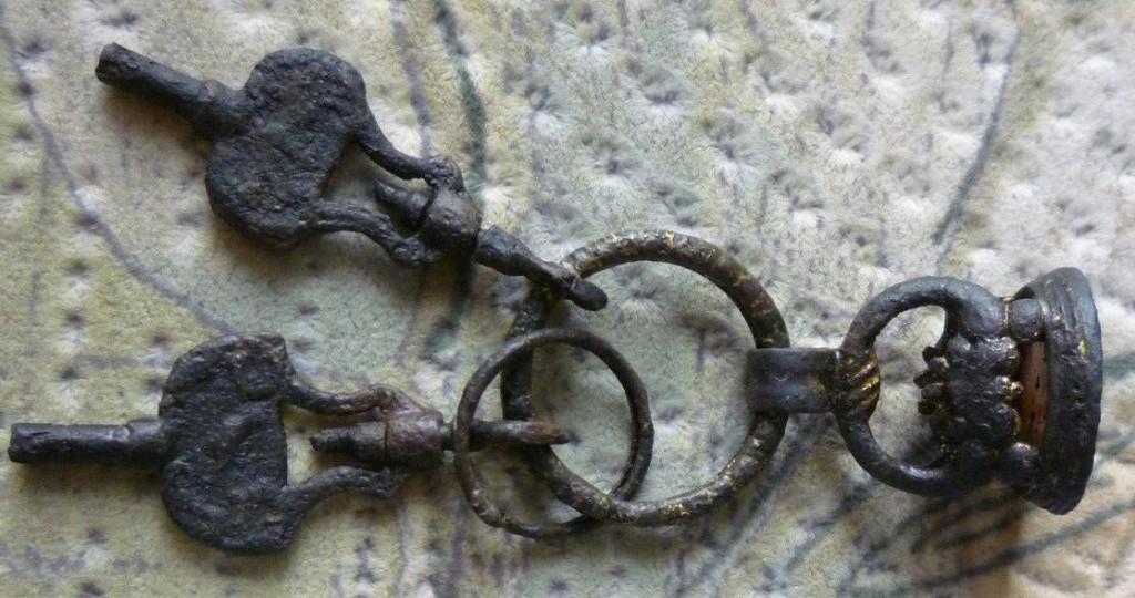 neuzeitliches Petschaft im Fundzusammenhang mit 2 Ringen und Uhrenschlüssel, wohl um 1800