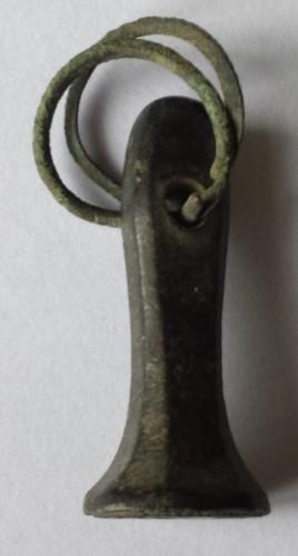 Petschaft mit Ring an der Handhabe, Initialen, Arm mit Schwert im tartschenfömigen Wappen, 16. Jh.