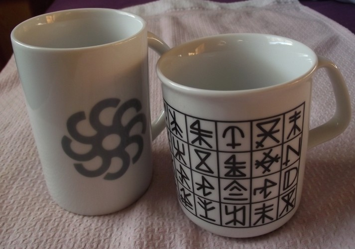 links: Tasse mit heute noch existierender Firmen-Hausmarke aus der Hansestadt Bremen ; rechts: Souvenir mit Hausmarken von Hiddensee